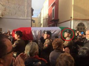 Giosuè Ruotolo porta la bara di Trifone Ragone