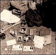 Documenti delle sue vittime raccolti dal serial killer Edmund Kemper come souvenir
