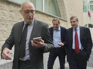 Ezio Denti tra l'avvocato Claudio Salvagli ed il genetista Marzio Capra